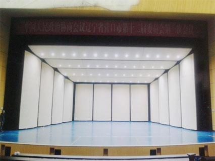侧板和后板音能扩散体面形为圆柱形,即均采用4mm厚的阻燃玻璃钢制作.
